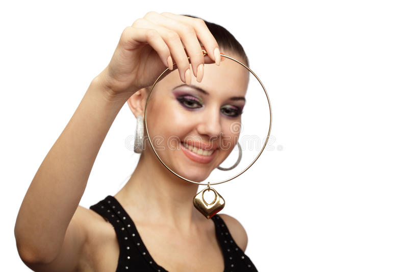 Donna allegra con la collana dorata fotografia stock libera da diritti