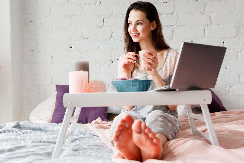 Donna allegra con la tazza di caffè di mattina fotografie stock libere da diritti