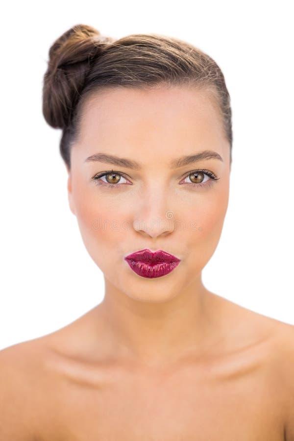 Donna allegra con le labbra rosse che danno un bacio fotografie stock