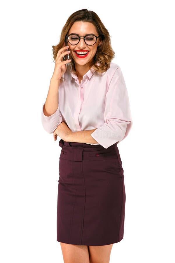 Donna allegra di affari che comunica sul telefono fotografia stock libera da diritti
