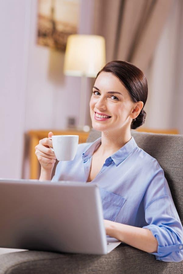 Donna allegra dolce che lavora alla presentazione immagini stock