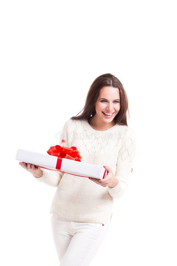 Donna allegra e un contenitore di regalo bianco fotografia stock