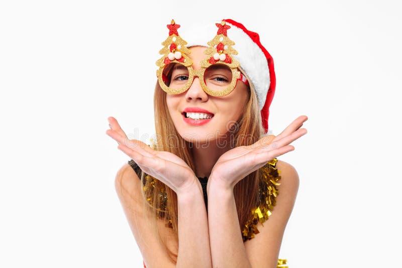 Donna allegra in vetri del cappello e di natale di Santa che celebra Ne fotografia stock libera da diritti