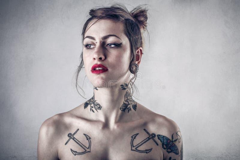 Donna alternativa con i lotti dei tatuaggi immagine stock libera da diritti