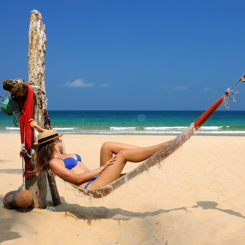 Donna in amaca sulla spiaggia fotografie stock libere da diritti