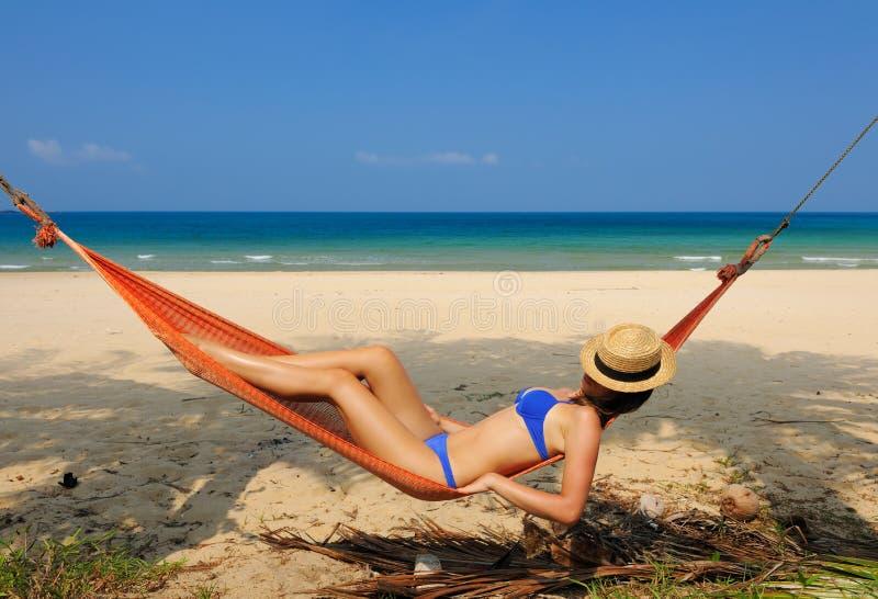 Donna in amaca sulla spiaggia immagine stock libera da diritti