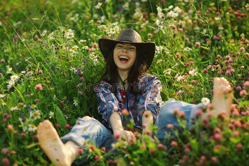 Donna americana felice in fiori selvaggi immagini stock
