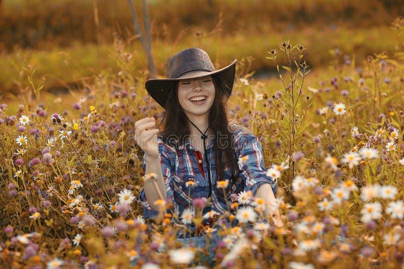 Donna americana felice in fiori selvaggi fotografie stock