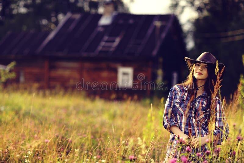 Donna americana in fiori selvaggi fotografie stock