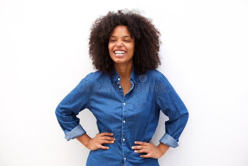 Donna amichevole che sorride sul fondo bianco isolato fotografia stock