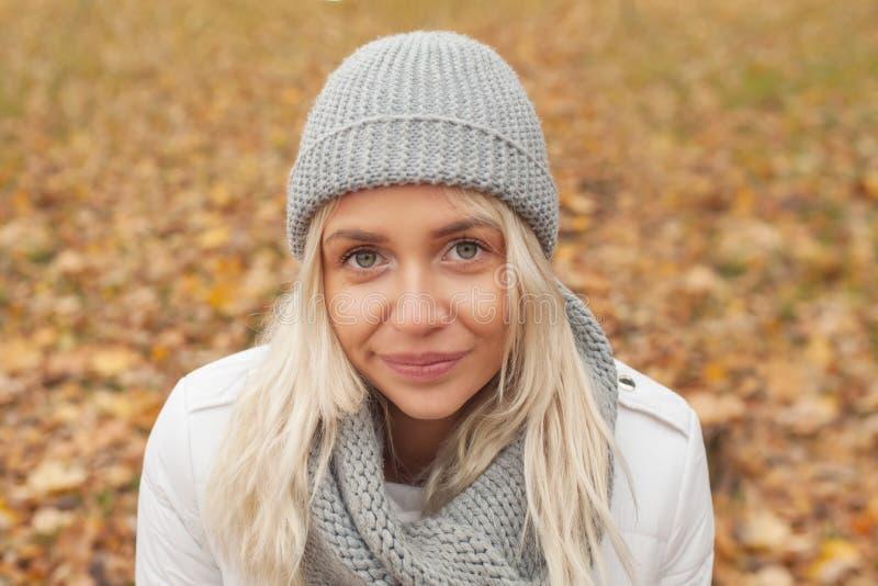 Donna amichevole con l'autunno dei capelli biondi all'aperto fotografia stock