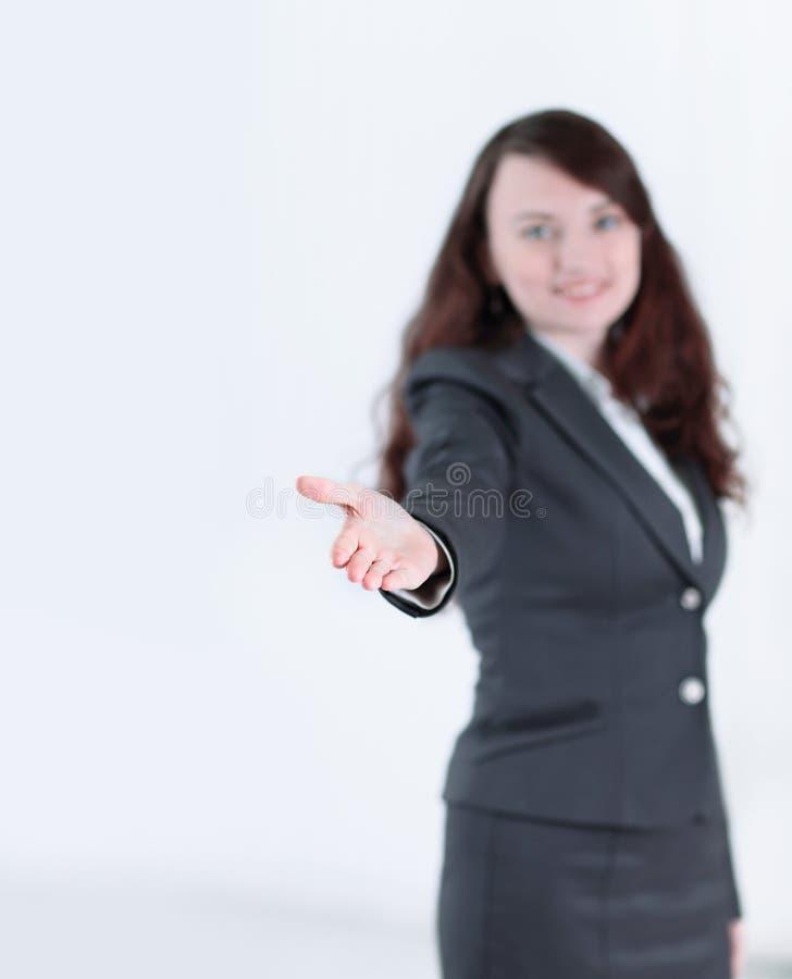 Donna amichevole di affari che allunga mano per la stretta di mano fotografia stock libera da diritti