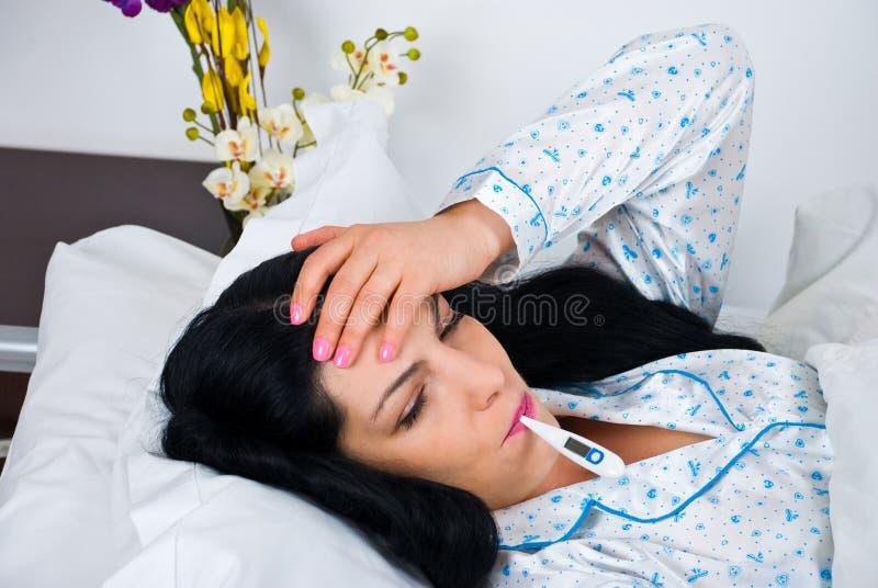 Donna ammalata con freddo e febbre immagine stock