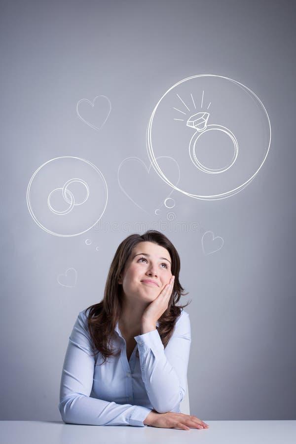 Donna amorosa che sogna delle nozze fotografie stock libere da diritti