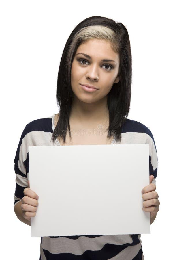 Donna annoiata che tiene un segno in bianco fotografia stock libera da diritti