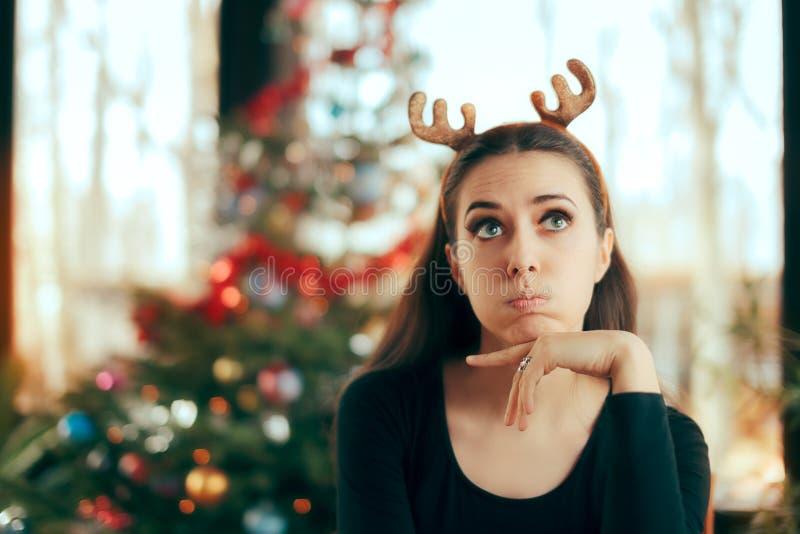 Donna annoiata triste che non ha divertimento al partito di cena di Natale fotografia stock