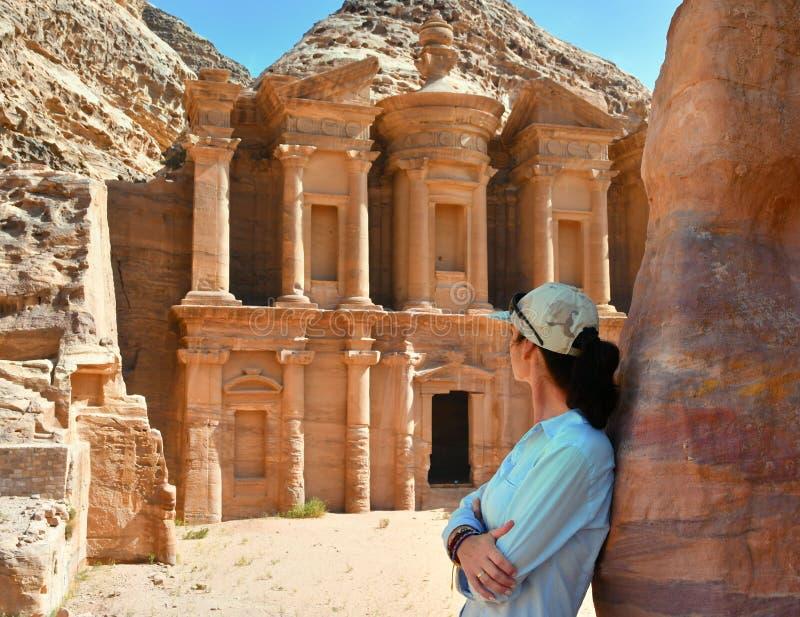 Donna in annuncio Deir il tempio nel PETRA, Giordania del monastero fotografie stock