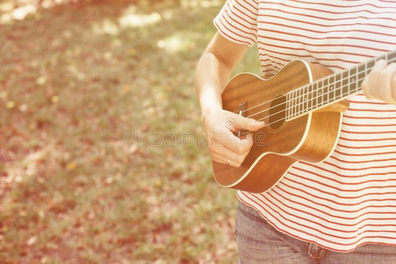 Donna anonima che gioca ukulele fotografia stock libera da diritti