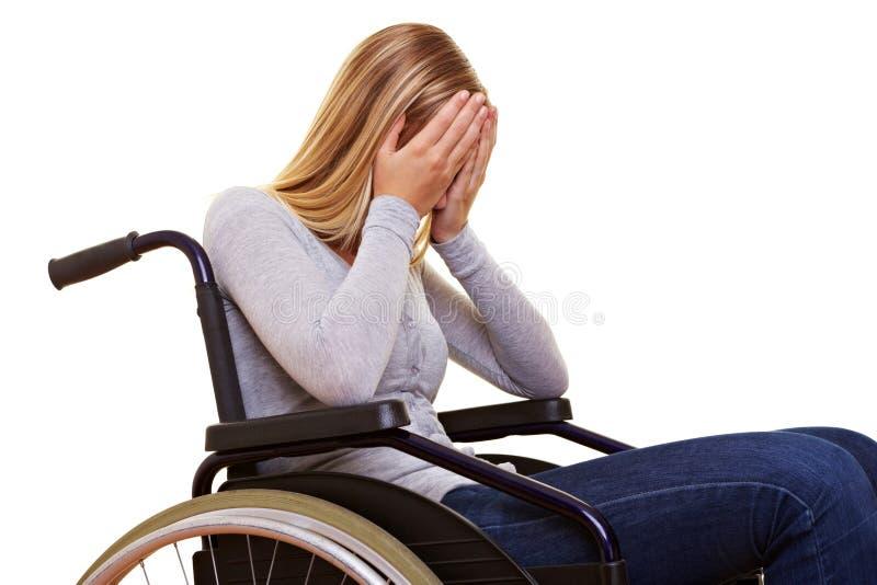 Donna anonima in sedia a rotelle immagini stock