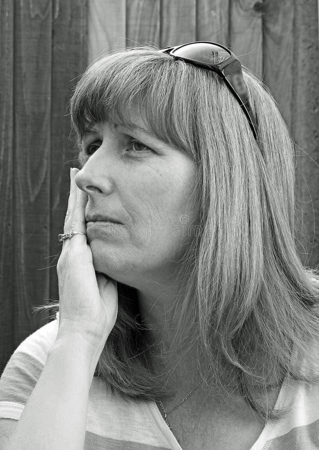 Donna ansiosa monocromatica di posa immagini stock libere da diritti