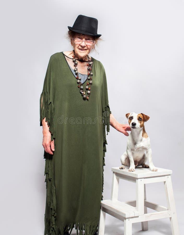 Donna anziana alla moda con il cane immagini stock