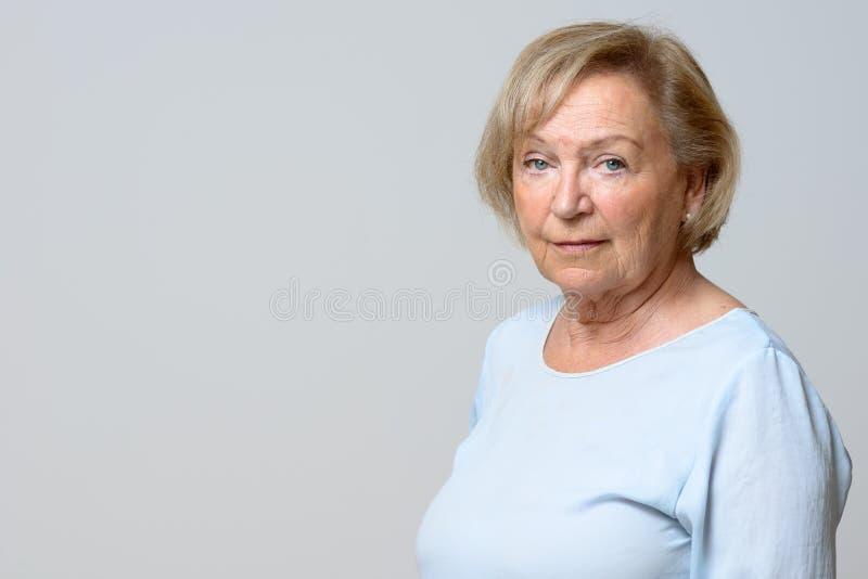 Donna anziana attraente priva di emozioni immagini stock