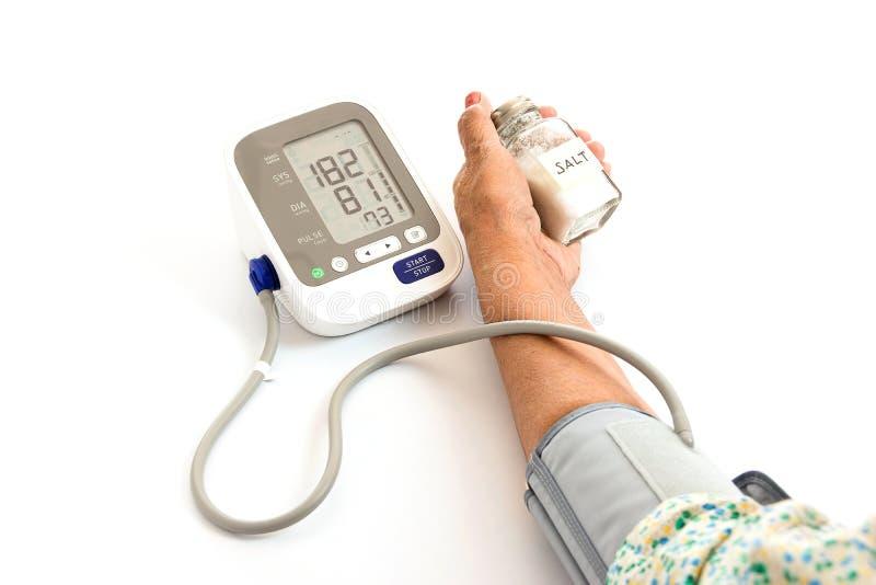 Donna anziana che controlla pressione sanguigna con il sale immagine stock libera da diritti