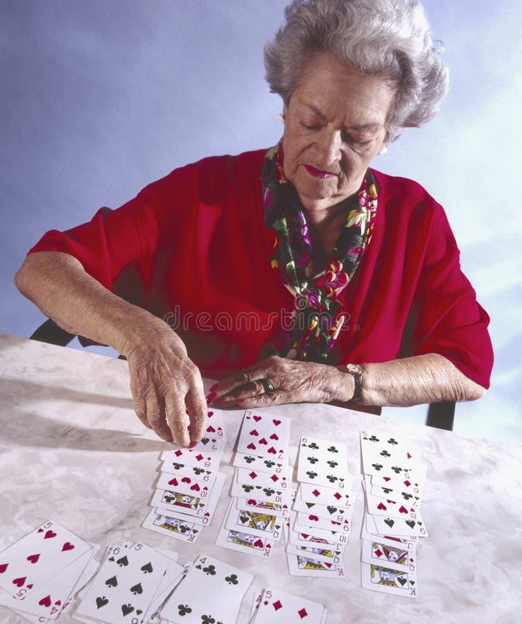 Donna anziana che gioca solitaire immagine stock libera da diritti
