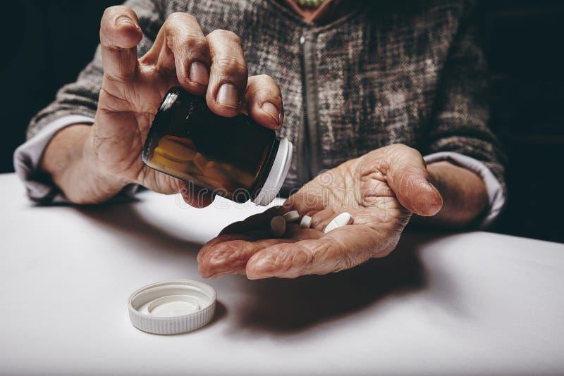 Donna anziana che prende la medicina di prescrizione immagini stock libere da diritti