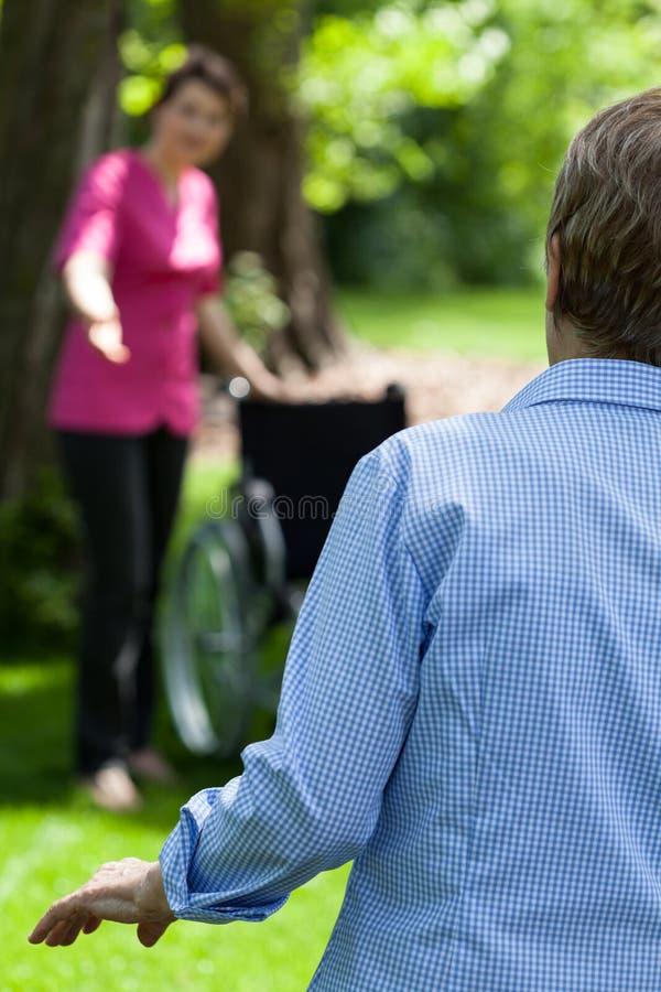 Donna anziana che prova a camminare senza assistenza immagine stock