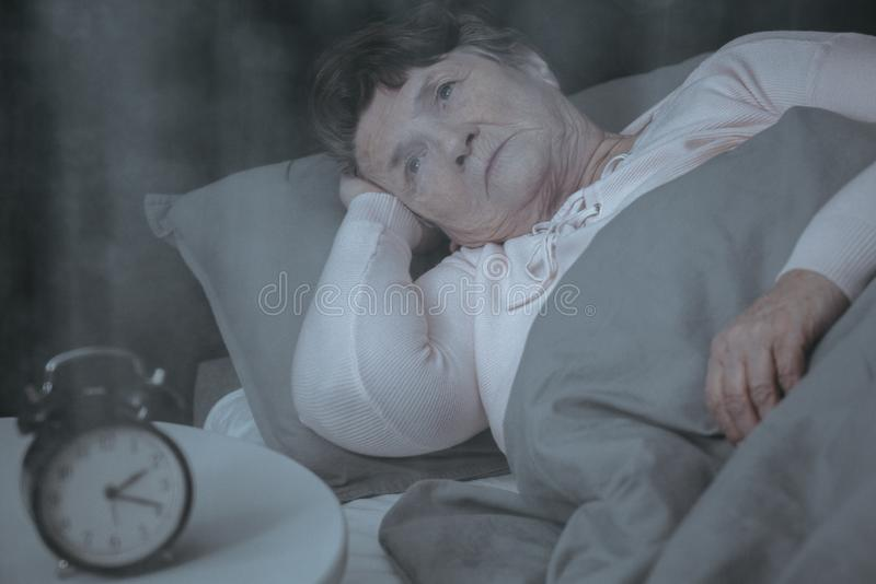 Donna anziana che prova a dormire immagine stock libera da diritti