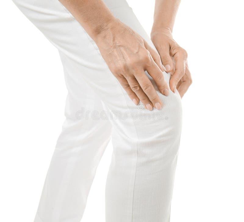 Donna anziana che soffre dal dolore in ginocchio immagine stock libera da diritti