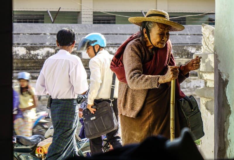 Donna anziana che viene alla pagoda fotografia stock