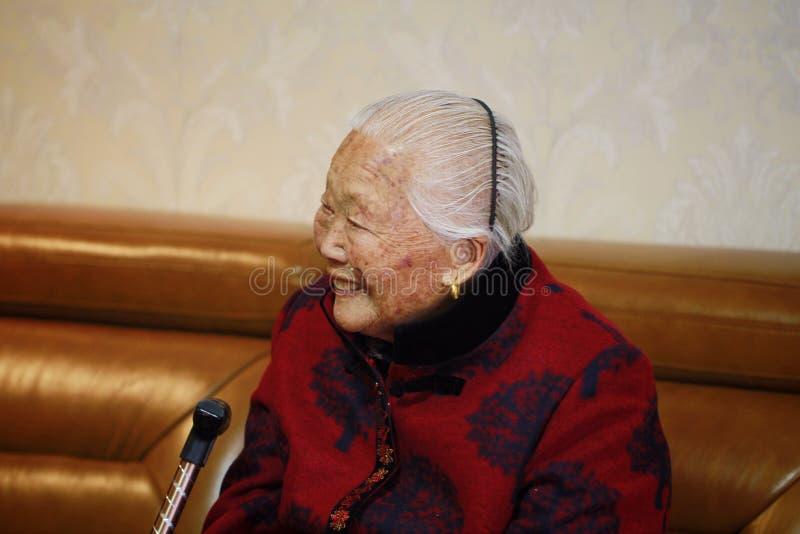 Donna anziana cinese asiatica felice 90s fotografia stock