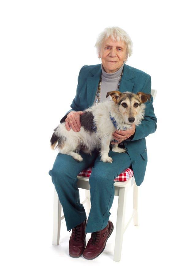 Donna anziana con il cane fotografia stock