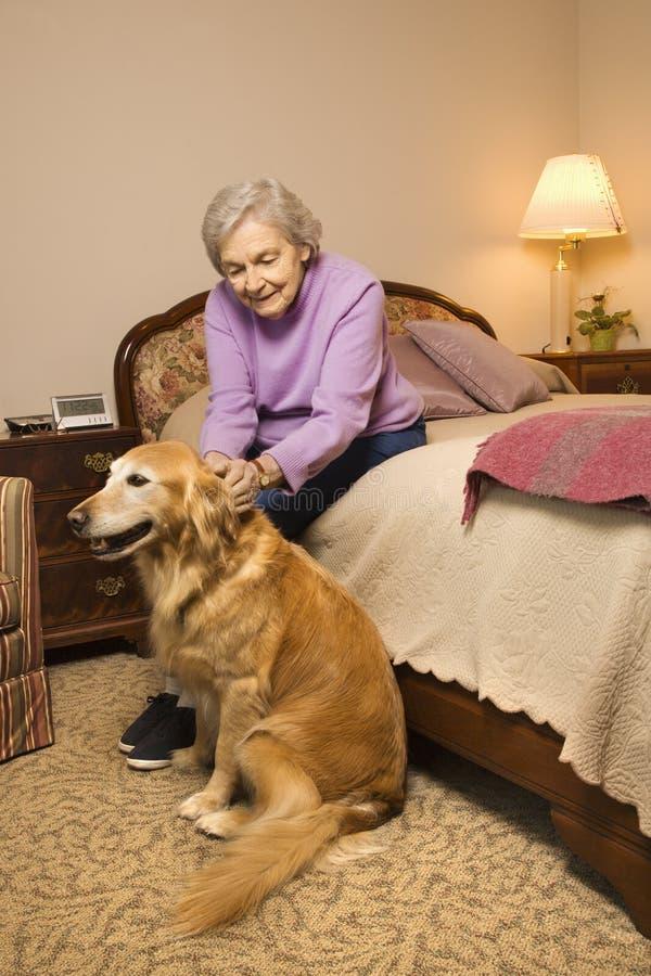 Donna anziana con il cane. fotografia stock libera da diritti
