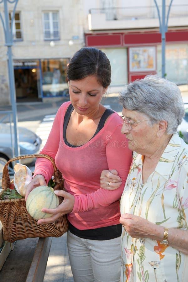 Donna anziana con il homecarer al servizio immagine stock
