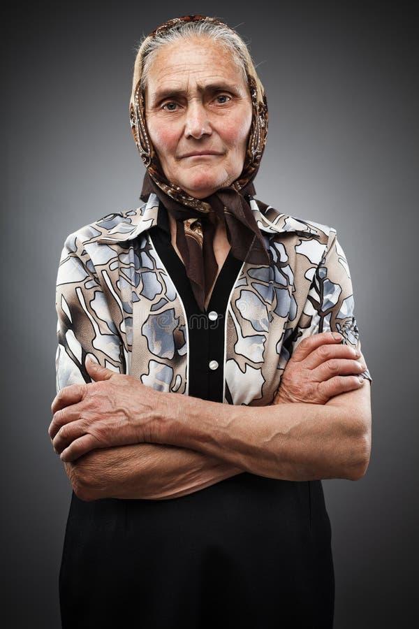 Donna anziana con il kerchief immagini stock