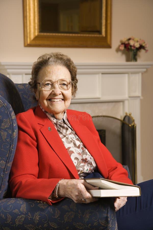 Donna anziana con il libro. fotografia stock libera da diritti