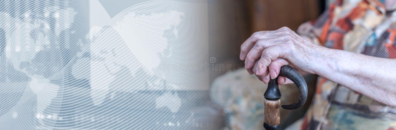 Donna anziana con le sue mani su una canna Bandiera panoramica immagine stock