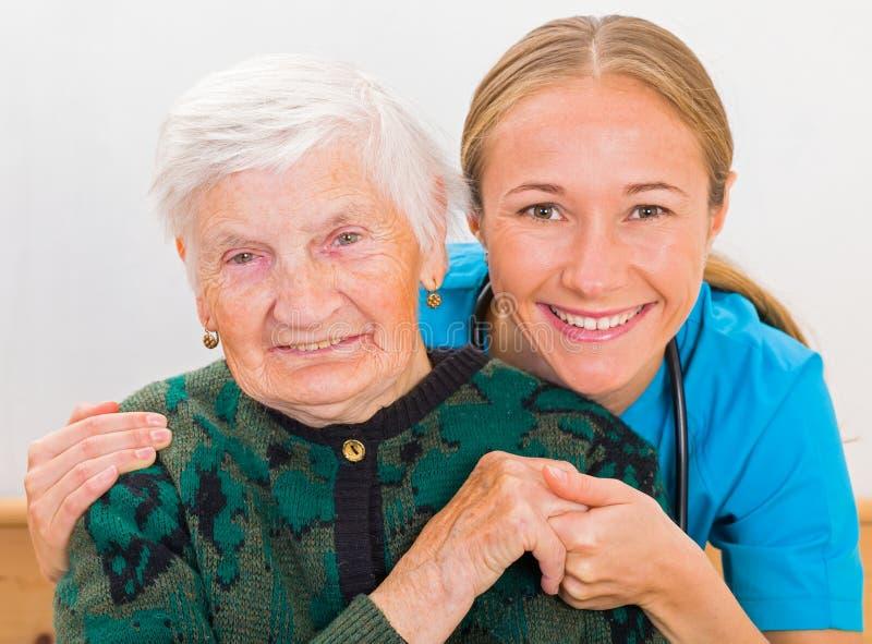 Donna anziana e giovane medico fotografia stock