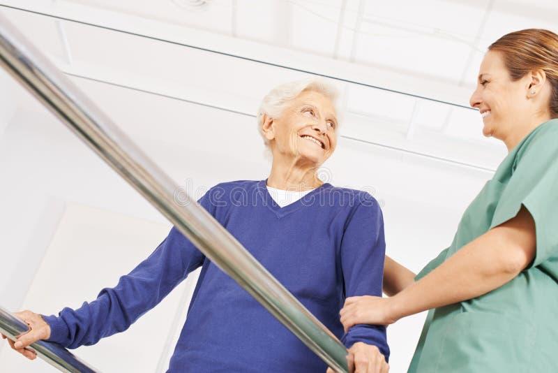 Donna anziana in fisioterapia su una pedana mobile fotografia stock libera da diritti