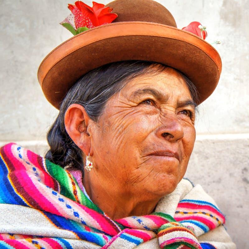 Donna anziana indigena quechua dal ritratto del Perù fotografie stock