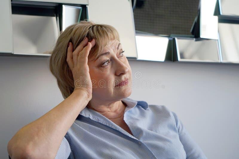 Donna anziana nel dolore immagini stock