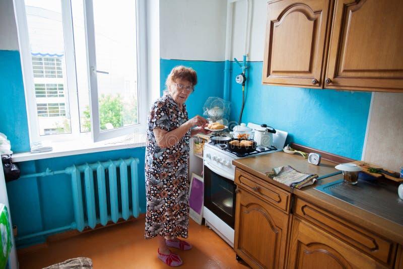 Donna anziana nel paese fotografie stock