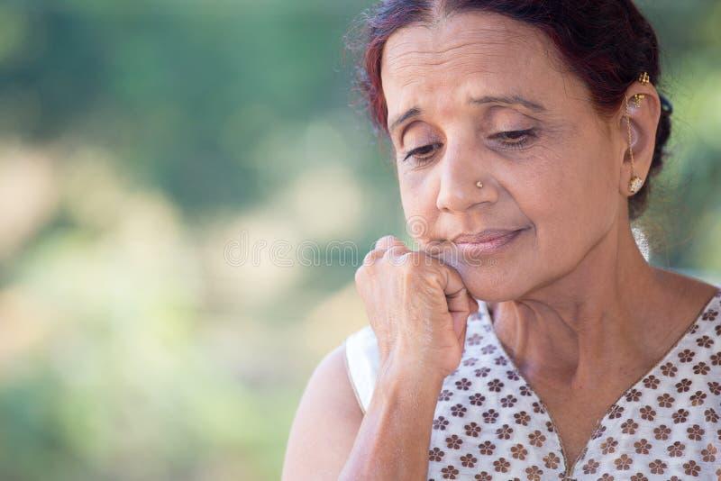 Donna anziana preoccupata fotografie stock