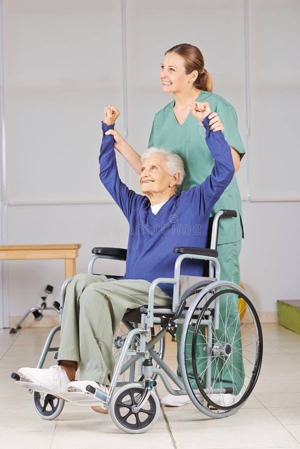 Donna Anziana In Sedia A Rotelle In Fisioterapia Fotografia