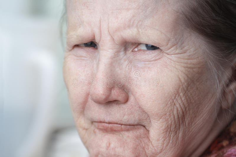 Donna anziana sembrante dura fotografia stock