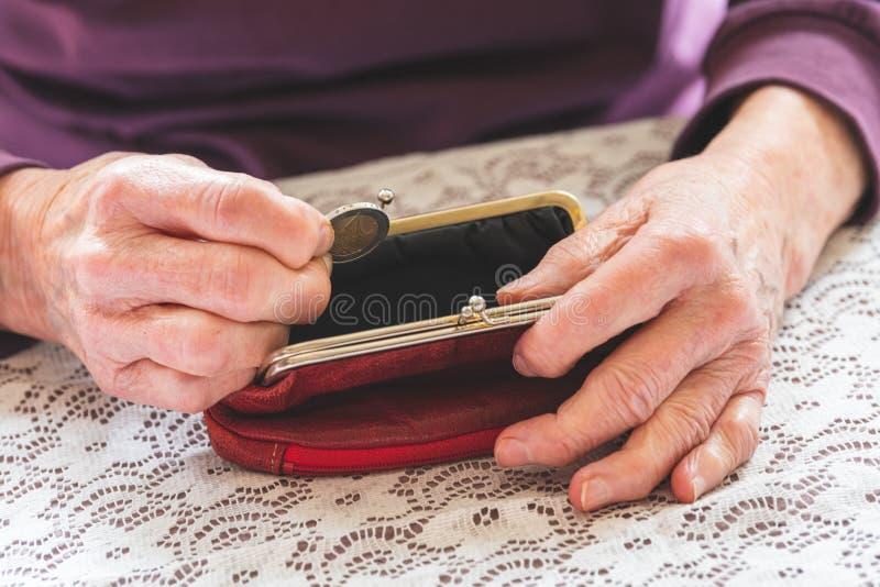 Donna anziana senza soldi fotografie stock libere da diritti