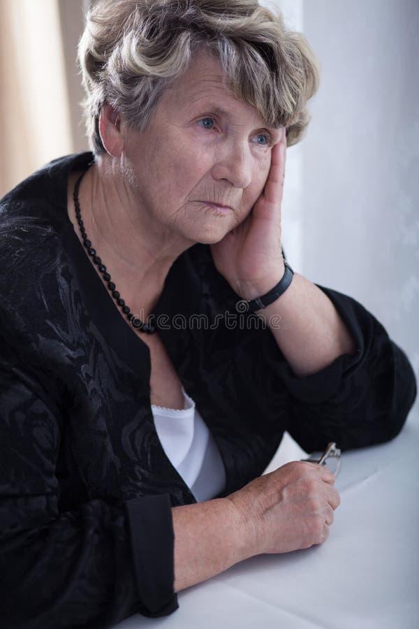 Donna anziana triste fotografie stock